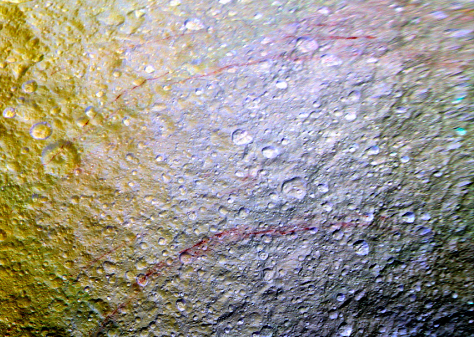 Rote Streifen auf Tethys