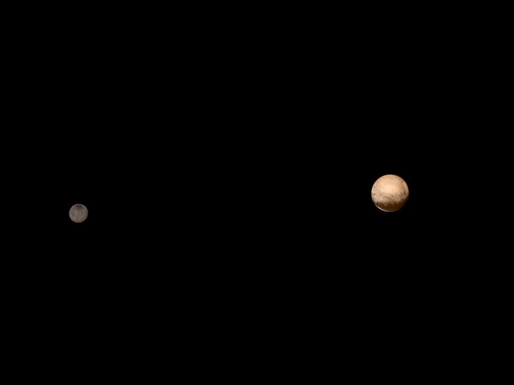 Pluto und Charon am 8. Juli 2015 (Farbbild)