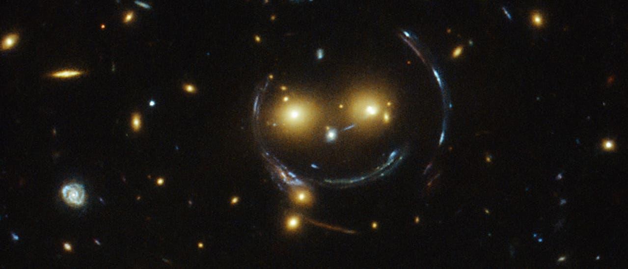 Eine Gravitationslinse als Smiley