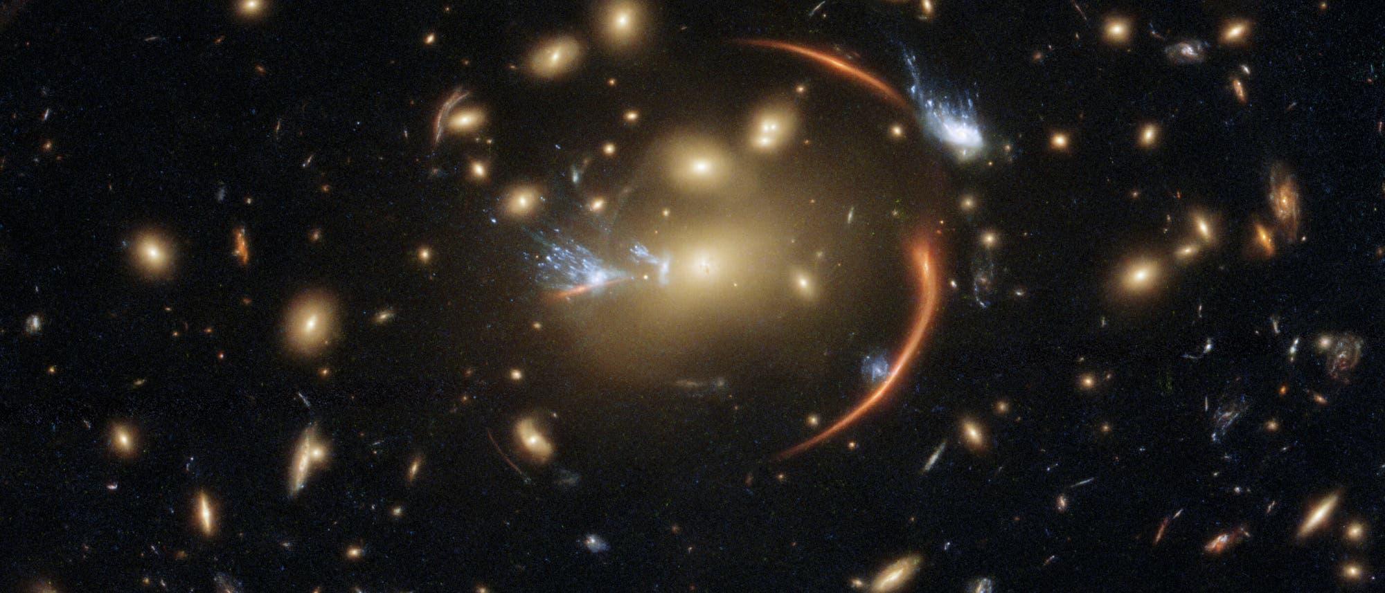 Der Galaxienhaufen MACSJ0138.0-2155 fungiert als Gravitationslinse