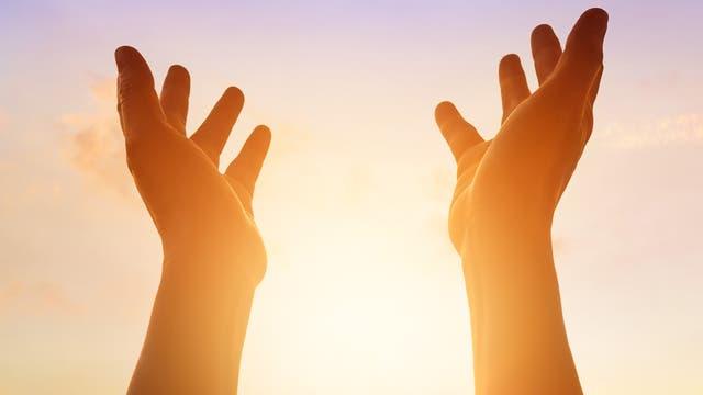 Hände zum Himmel erhoben