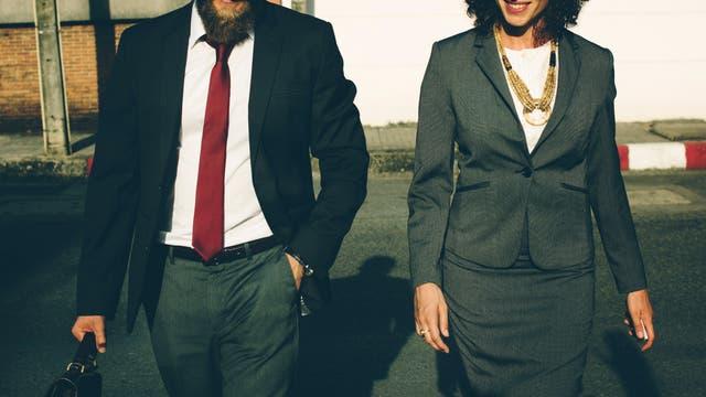Frau und Mann im Geschäftsoutfit