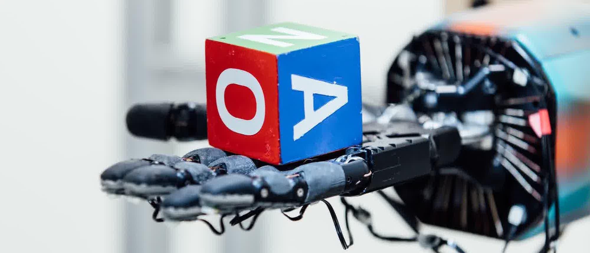 Roboterhand mit Würfel
