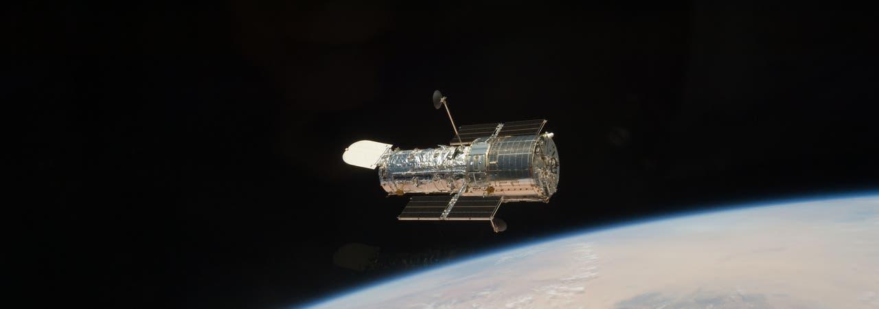 Weltraumteleskop Hubble über der Erde