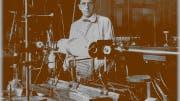 Friedrich Houtermans 1927 im Labor in Göttingen