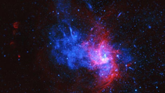 Zentrum der Milchstraße (Röntgenstrahlen blau, Radiowellen rot)