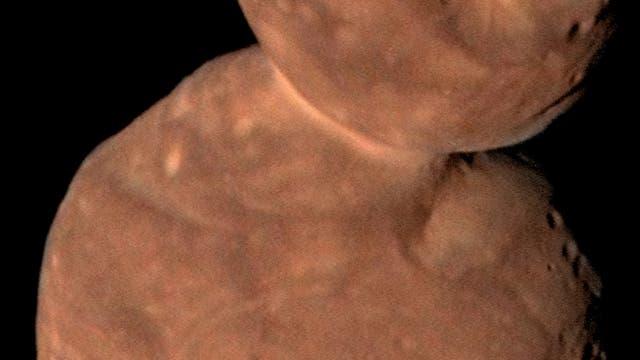Arrokoth hat eine rote Oberfläche.