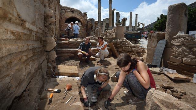 Eher ungeplant entdeckten die Archäologen die Taverne in Ephesos