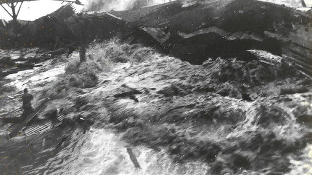 Historische Aufnahme eines Tsunamis auf Hawaii
