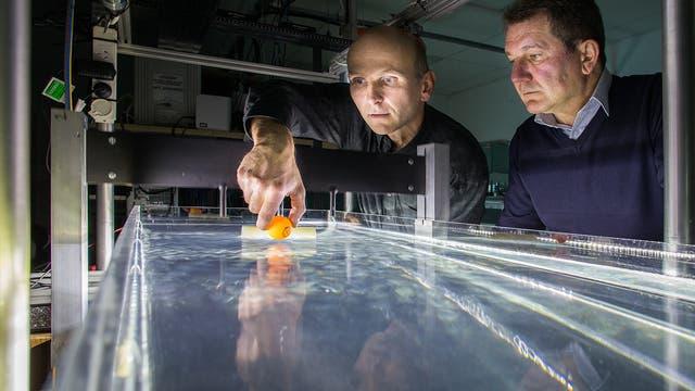 Wissenschaftler am Wellentank