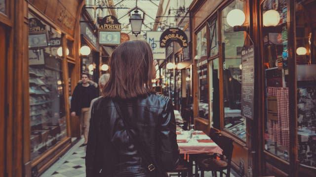Frau in Ladenpassage in Paris