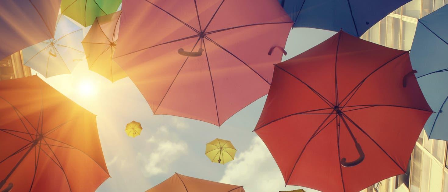 Regenschirme bei Sonnenschein