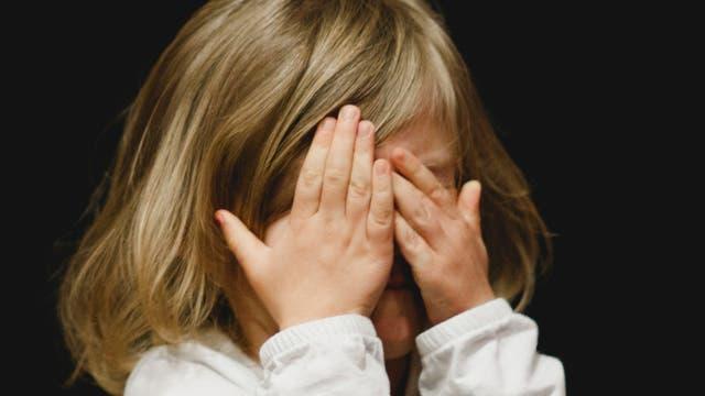 Ein Kind schämt sich