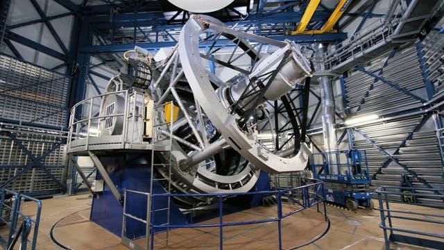 Das Vier-Meter-Teleskop der Europäischen Südsternwarte steht auf einem Berg in der Atacamawüste in Chile.