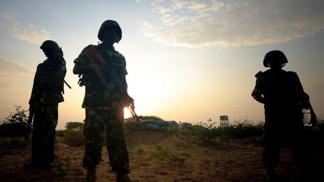 Burundische Soldaten der AMISOM-Mission stehen Wache