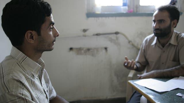 Zwei Männer führen ein psychologisches Beratungsgespräch