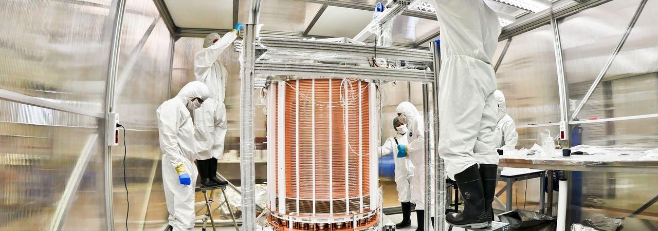 Mit dem Experiment XENON1T jagen Forscherinnen und Forscher nach dunkler Materie. Zu sehen ist die TPC-Kammer nach der Montage in einem Reinraum.
